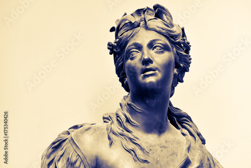 Photographie  Ancient female statue of 18th century outdoor in park