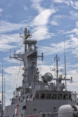 Plakat Część wojskowego okrętu wojennego. Militarny morze krajobraz z chmurnym niebem