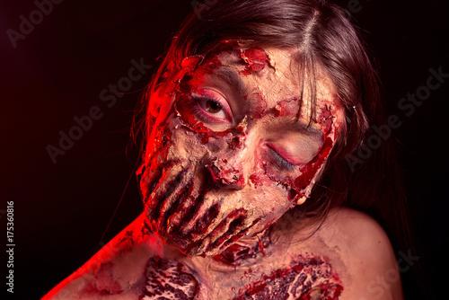 Plakat Zombie dziewczyna z smutnymi oczami na czerwonym czarnym tle, obraz na Halloween