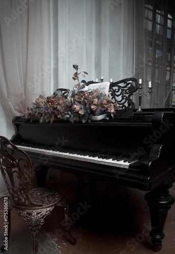 Plakat czarny fortepian we wnętrzu