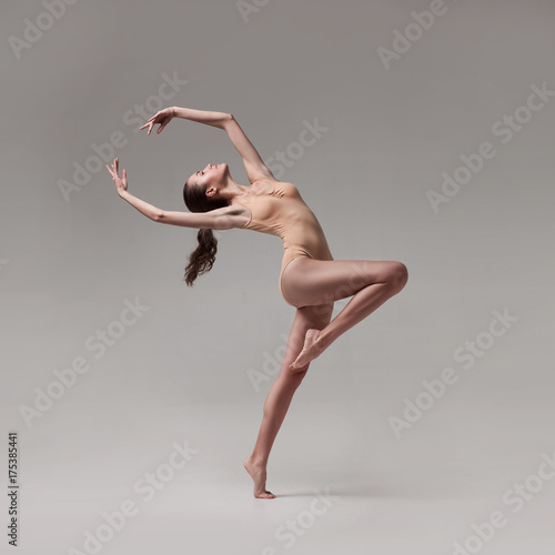 Fotografía young beautiful ballet dancer in beige swimsuit