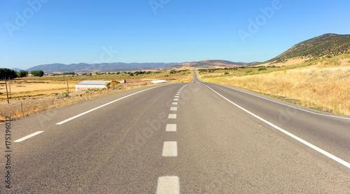 Carretera en la llanura manchega, Castilla la Mancha, España