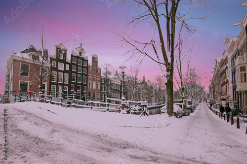 Photo  Sunset in snowy Amsterdam in the Netherlands in winter