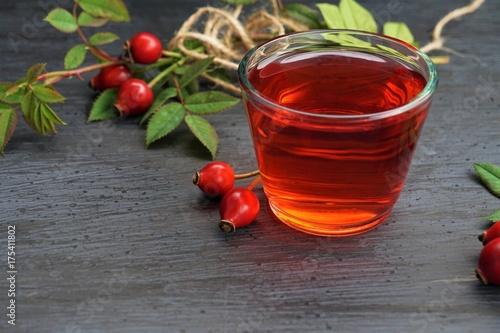herbata-z-dzikiej-rozy-na-drewnianym-stoliku-nocnym
