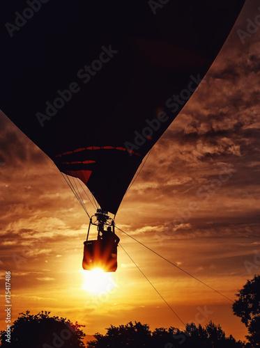 Zdjęcie XXL Sillouhette z balonem podczas wschodu słońca