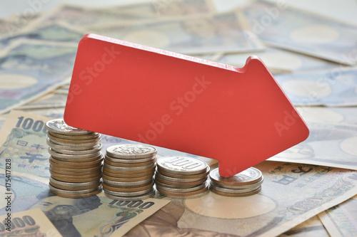減少する硬貨 赤い矢印