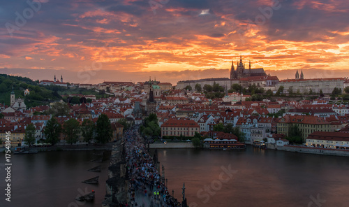 Plakat Praga kasztel w zmierzchu z pięknym mrocznym niebem, Praga