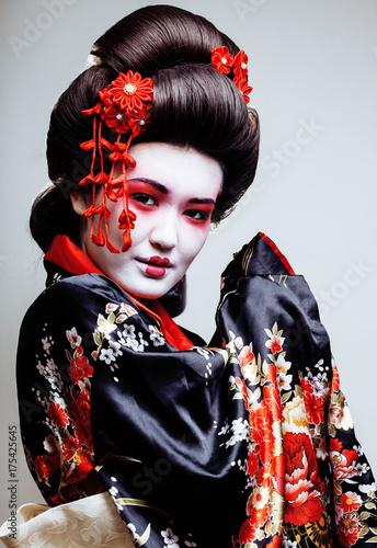 mloda-ladna-gejsza-w-kimono
