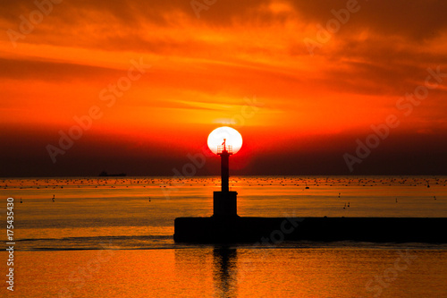 Fotobehang Rood 夕暮れの海