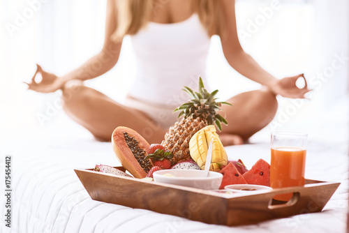 Fotografia  Pleasant woamn practiving yoga in bed