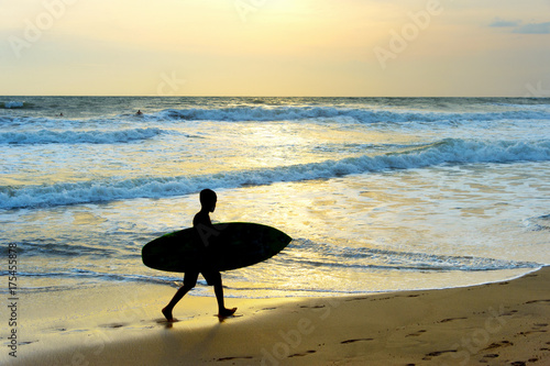 Fototapeta Chłopiec surfowania plaży sylwetka