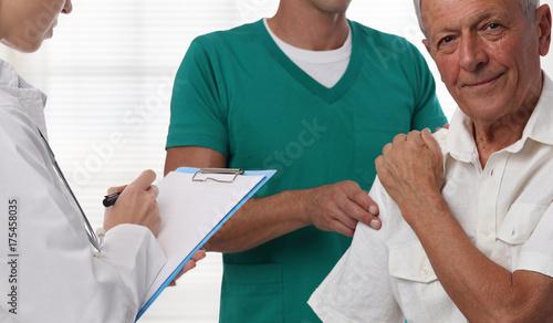 Plakat Lekarze i starszy męski cierpliwy cierpienie od bólu pleców podczas medycznego egzaminu.
