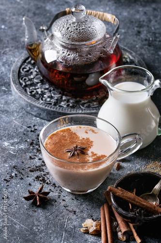 szklana-filizanka-tradycyjnej-indyjskiej-herbaty-masala-chai