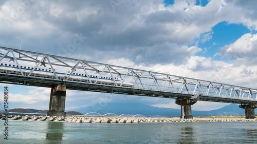 Plakat JAPONIA, 2017: Shinkansen prędkości wysoki pociąg w Japonia na linii kolejowej moscie ww Shizuoka Japan, transporcie i podróży pojęciu ,.
