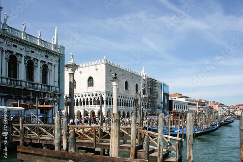 Plakat Wenecja, Włochy: Taksówki wodne i inne statki pływają po Canal Grande w Wenecji. Łodzie motorowe są głównym transportem w Wenecji.