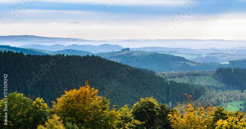 Türaufkleber Darknightsky Panorama der Herbstzeit im Sauerland mit Fernblick ins Siegerland