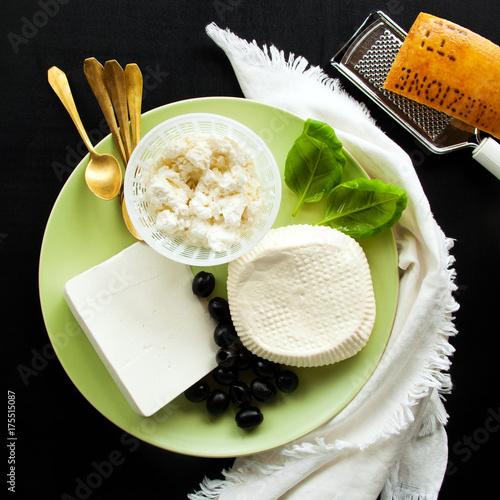 Plakat Ser ricotta, feta i owczy. grupa białych serów na talerzu przystawek