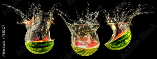 Poster Légumes frais Fresh melon falling in water