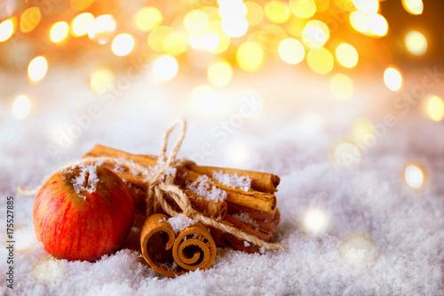 Zdjęcie XXL Boże Narodzenie, Adwent - jabłka i cynamonu w śniegu