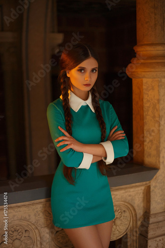 Plakat Młoda dziewczyna uczeń chodzi na uniwersytecie Kreatywnie kolory Stary rocznika wnętrza tło