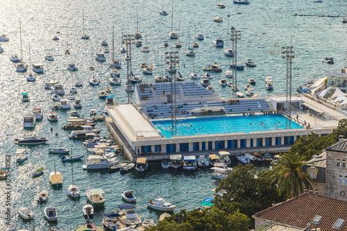 Zdjęcie XXL basen w morzu, a wokół niego dużo łodzi