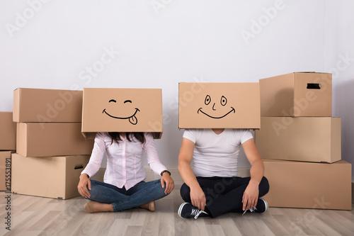 Fototapeta Szczęśliwa para leżącego na podłodze, noszenie kartonów