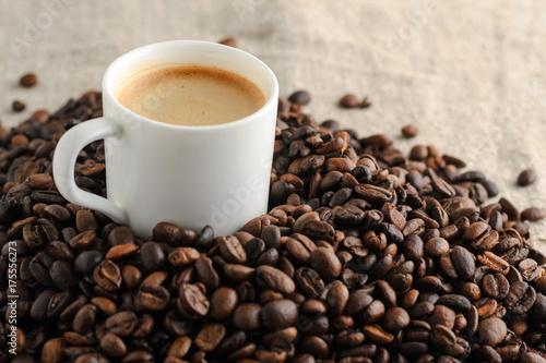 Deurstickers koffiebar cup of coffee espresso on coffee beans background
