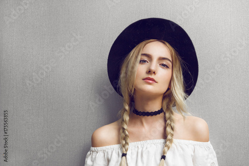 Fotografía Close up of beautiful young blonde woman with black hat