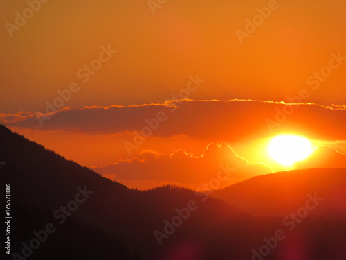 Papiers peints Orange eclat Sunset over the mountain