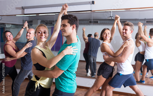 Cuadros en Lienzo  girls and men learning salsa