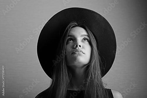 Fotomural hipster girl in hat, studio
