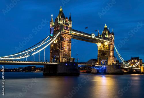 Plakat wieża most