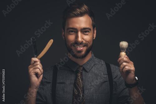 Zdjęcie XXL Człowiek trzyma brzytwa i szczotki