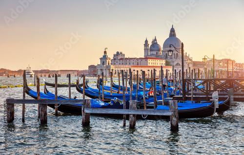 Plakat Gondole na Canale Grande w Wenecja Włochy zmierzchu widoku katedrze