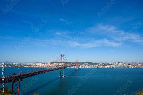 Obraz na dibondzie (fotoboard) Czerwony most 25 de abril most w Lisbon Portugalia nad Tagus rzeką przy jasnym pogodnym letnim dniem
