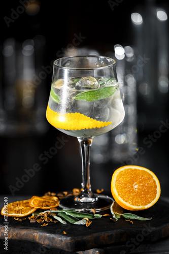 lodowy-koktajl-z-pomarancza-i-mieta-w-kieliszku