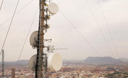 Antena de telecomunicaciones encima de una gran ciudad Canvas Print