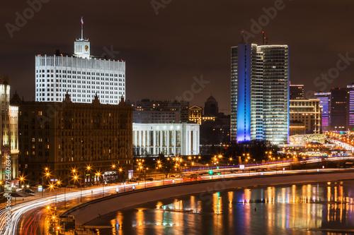 Plakat nocne oświetlenie na zimowych ulicach Moskwy. widok domu rządowego