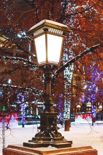 Zdjęcie XXL Staroświecki latarnia na ulicy. Drzewa są udekorowane na obchody Nowego Roku i Bożego Narodzenia. Moskwa, Rosja.