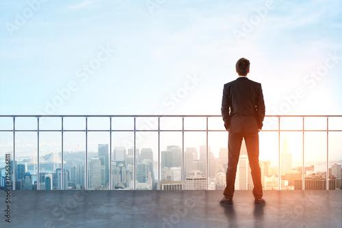 Fotografía  Businessman on rooftop