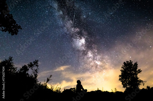 Fototapeta Mężczyzna jest usytuowanym głębokiego niebo w Germany