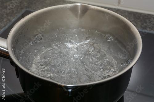 Fotografija Kochendes Wasser in der Pfanne
