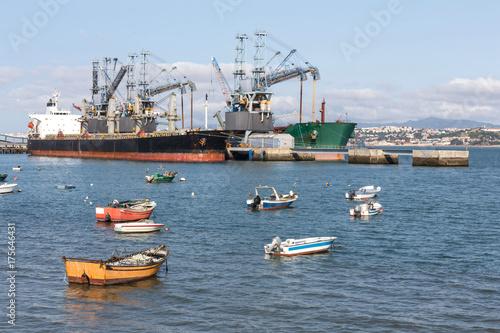 Obraz na dibondzie (fotoboard) małe stare łodzie rybackie na tajo rzece blisko Lisbon Portugal