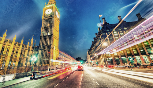 Plakat Most Westminster w nocy z samochodów przyspieszenie - Londyn