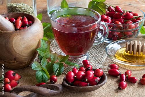 filizanka-rozanej-herbaty-ze-swiezymi-owocami-rozy