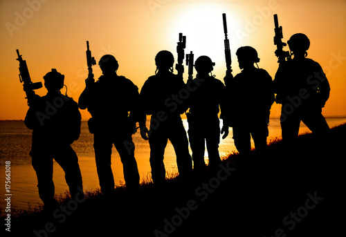 Poster Militaire Army soldiers with rifles orange sunset silhouette