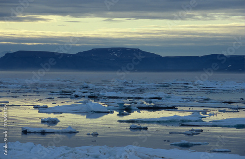 Foto op Aluminium Poolcirkel Drift ice in the Hinlopen Strait, Swalbard, Spitzberge, Arcita