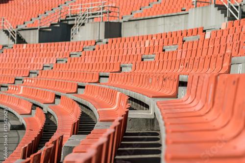 Plakat Old Weathered Plastic Seats w starym stadionie, przy użyciu płytkiej głębi ostrości