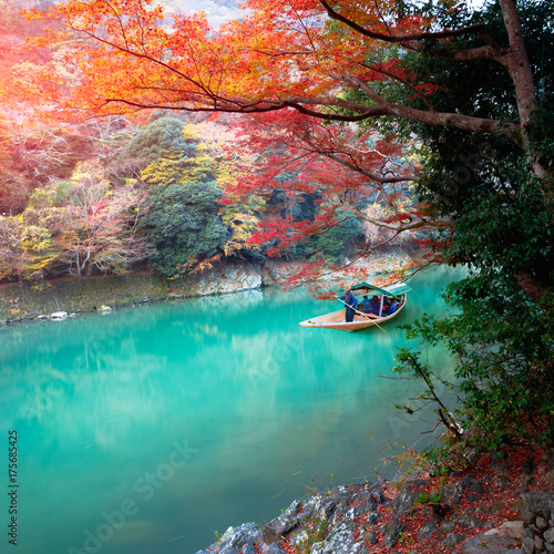 Poster Lieu connus d Asie Boatman punting the boat for tourists to enjoy the autumn view, The katsura river in the morning, Kyoto Japan