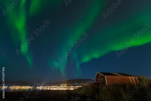 Plakat światła polarne nad miastem Tromso